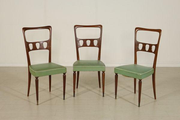 Gruppo di tre sedie; legno di faggio tinto, imbottitura a molle, rivestimento in skai. Buone condizioni, presentano piccoli segni di usura. Altezza seduta: 47