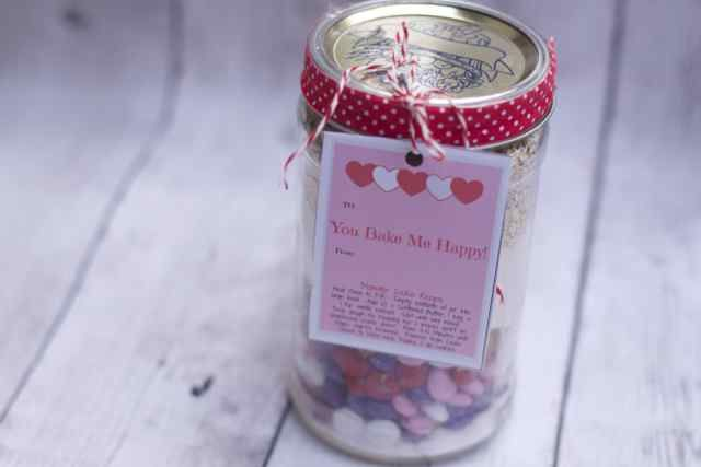 Valentines Day Layered cookies in a Jar make is a great way to say thank you to a teacher, babysitter or neighbor this valentines Day