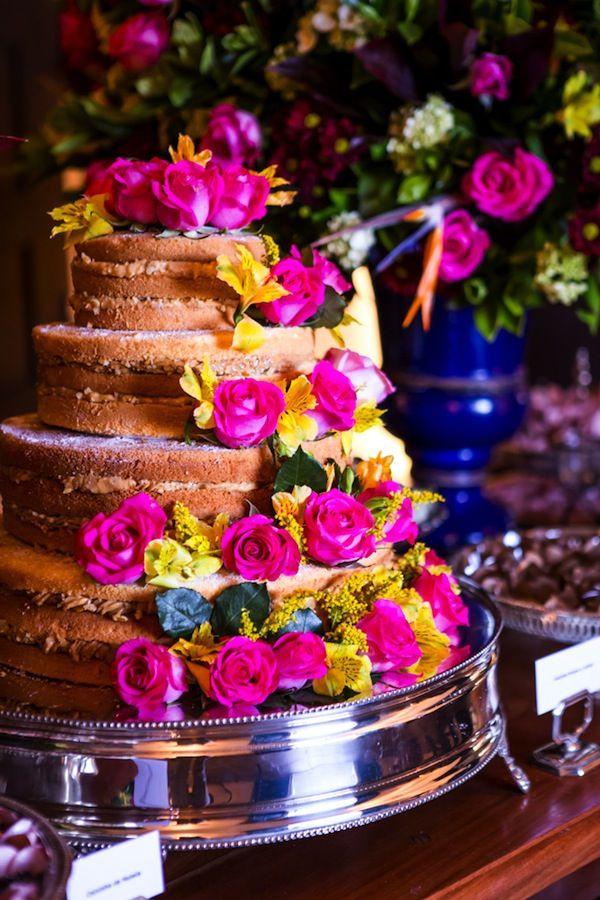 Bolo de casamento naked com quatro andares e flores naturais em tons de pink e amarelo. Fotos: Caio e Jéssica Decoração: Madame Fiori