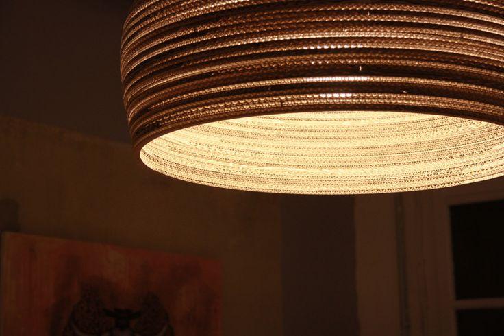 Pierre Guibert, architecte et designer français installé à Berlin développe une collection de luminaires en carton baptisées Cardboard Lampshades.