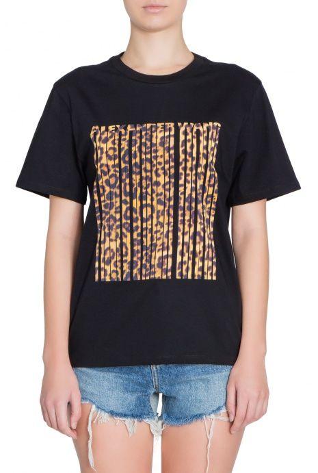 Хлопковая футболка прямого силуэта с анималистическим принтом. Круглый вырез горловины, короткий рукав.