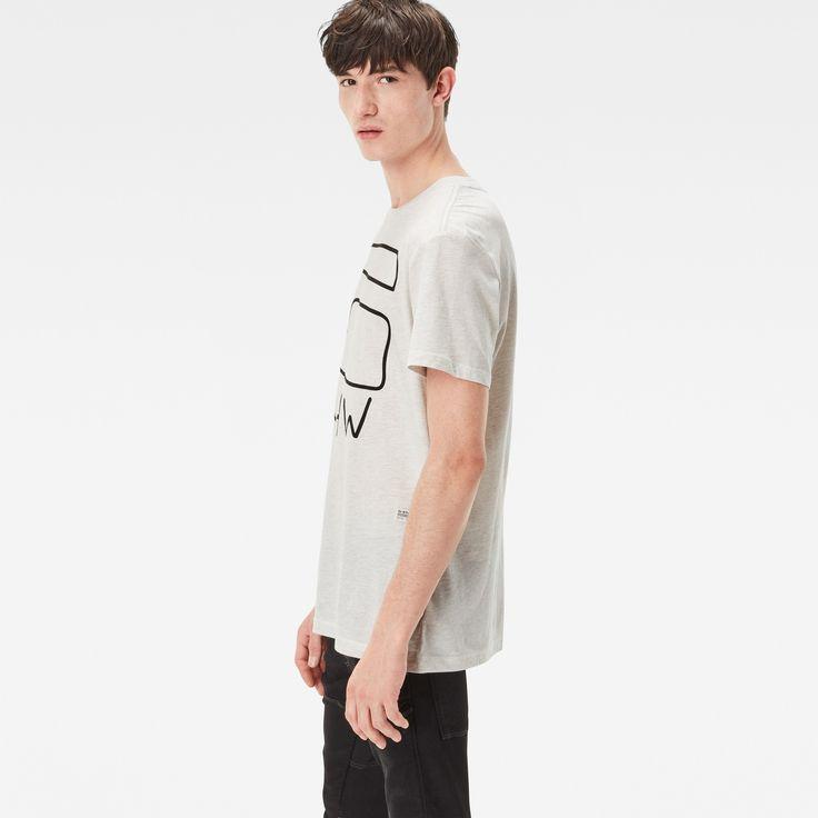 リラックスした雰囲気のソフトなジャージーTシャツ。表情豊かなヘザー柄と殴り書き風の大きなグラフィックの組み合わせが特徴です。肩とネックのシームに柔らかいバインダー仕上げを施した着心地と耐久性に優れた一枚。高品質を保証するマークとしてG-Starの小さな織り地のラベルが付いています。