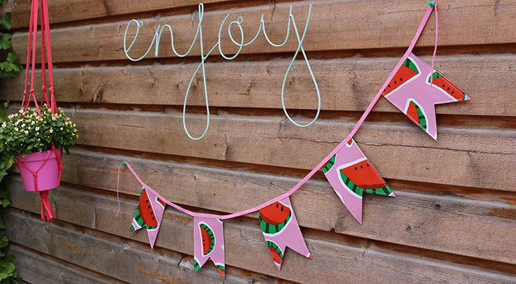 Enjoy! Carolijn maakte deze vrolijke vlaggetjesslinger van tafelzeil Malou. Zelf maken? Lees hier hoe: https://www.kwantum.nl/creatief-met-stoffen. #DIY #Kwantum #Stof