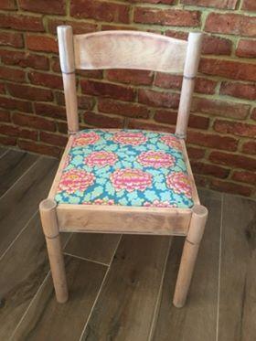 Metamorfoza krzesła, którą przeprowadziła pani Eliza z pomocą tkaniny od Kaffe Fassett