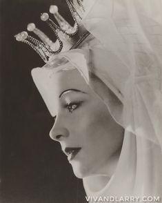 Vivien Leigh as Anne Neville in Shakespeares RICHARD III. by John Vickers 1949. . . . . #vivienleigh #laurenceolivier #johnvivkers #theoldvic #ov200 #shakespeare #beauty #photography #costume #richardiii #1940s #princess #queen #fabulous #vivandlarrygram