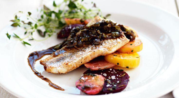 Recept på stekt abborre med timjanbetor. Såsen på brynt smör, salladslök och balsamvinäger passar även till annan stekt fisk.