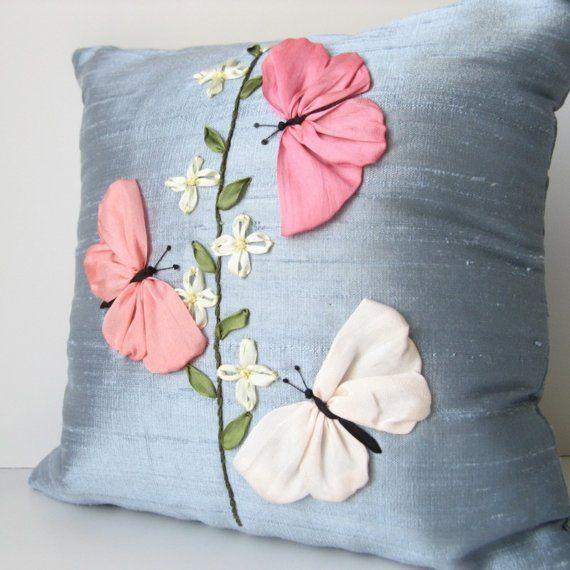 Almohada de mariposas bordada cinta de seda azul y por bstudio