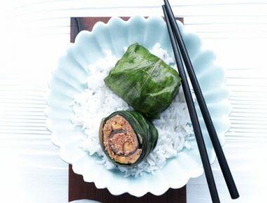 Für die Mangoldröllchen Mangoldblätter putzen, in einen gelochten Garbehälter geben und blanchieren (bei 100°C 2 Minuten). Faschiertes mit