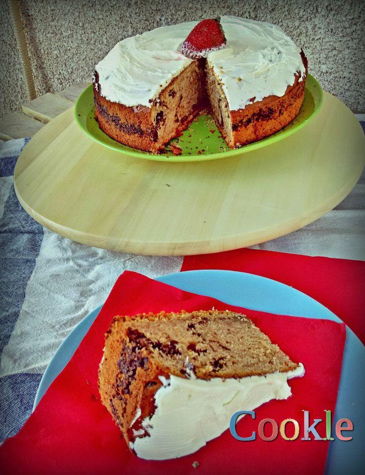 Αντικαθιστούμε τα υγρά ενός κατά τα άλλα, κανονικότατου κέικ, με φρέσκο χυμό φράουλας και λεμονιού και γεμίζουμε το γλυκό με τριμμένη σοκολάτα. Αυτό είναι το ανοιξιάτικο κέικ για τον απογευματινό σ…