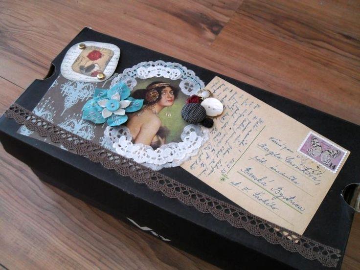 Krabica na staré rodinné fotografie dekorovaná scrapbookovou technikou