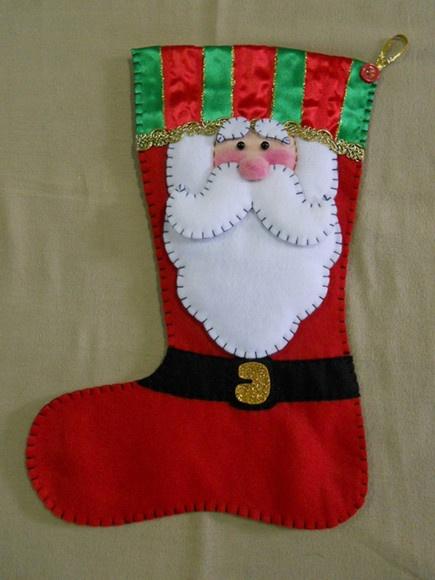 Bota feita em feltro vermelho, costura com linha 100% algodão e enchimento de manta acrílica. R$30,00