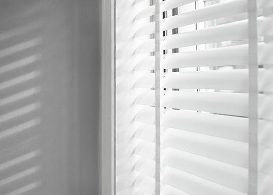 jaloezieen woonkamer | jaloezieen 50 mm aluminium jaloezieen | jaloezie | raamdecoratie | jaloezieenverkoop.nl | www.jaloezieenverkoop.nl