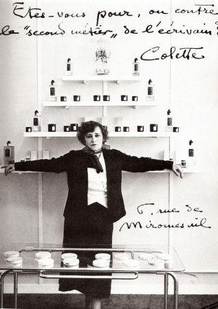 * Colette dans son institut de beauté 6 rue de Miromesnil  (Paris) 1932. Elle y proposait ses propres cosmétiques et parfums, et maquillait elle-même ses clientes.