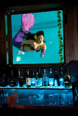 Live Mermaid Show in the Wreck Bar's Portholes. Ft. Lauderdale | floridatravellife.com