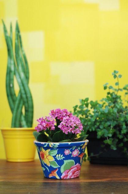 Aprenda a fazer vasinhos decorados com tecido. Veja esta e outras ideias em…