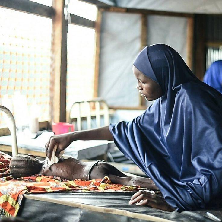 Vous en avez été témoins, 2016 a de nouveau été une année d'urgence pour nos équipes, qui sont intervenues simultanément à différents endroits du globe. L'année en images :  Une mère prend soin de sa fille qui souffre de la rougeole dans la salle d'isolement de l'hôpital général de Damboa, dans l'Etat de Borno au Nigeria. ©Ikram N'gadi  #MSF #Nigeria #BornoState #Borno