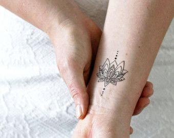 Un tatuaje bastante unalome con una flor de loto en la parte superior. Simboliza el camino hacia la iluminación y la oportunidad de nuevos comienzos a través de las luchas. Para encontrar o ruta requiere fuerza y la intervención divina.  ................................................................................................................  LO QUE SE OBTIENE:  Este listado está para el tatuaje temporal dos de alta calidad de una flor de loto ulanome. Tattoorary ofrece tatuajes…