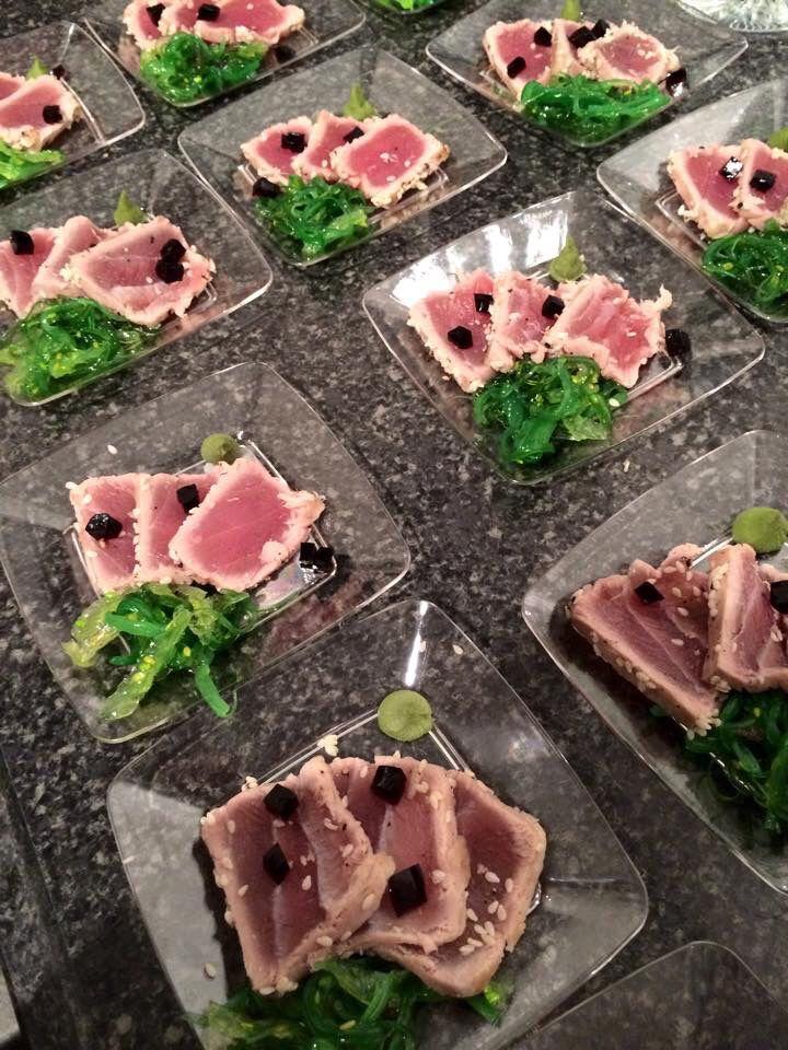 Heerlijke tonijn met zeewier salade en blokjes sojasaus