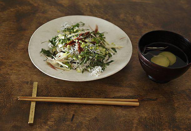 混ぜ寿司に、ドライトマトをトッピング。しらすの塩分と、トマトの旨味を生かすため酢は少なめにするのがポイント。香り野菜を散らして、さっぱりと仕上げます。