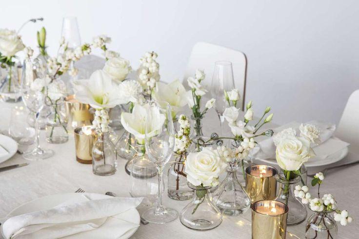 Dette vakre bordet i gnistrende hvitt er superenkelt å dekke – og allikevel blir det veldig festlig. Se hvor lekkertdet blir når hvit duk, hvite servietter og hvitt servise kombineres med ulike hv…