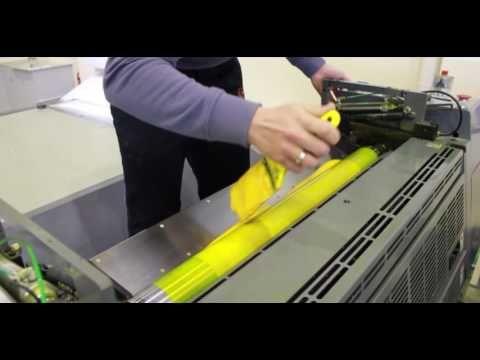 O processo de impressão offset é fascinante! Funciona de forma rotativa e envolve uma série de cilindros que conduzem a tinta, a água e o papel. Já viu de perto como funciona?