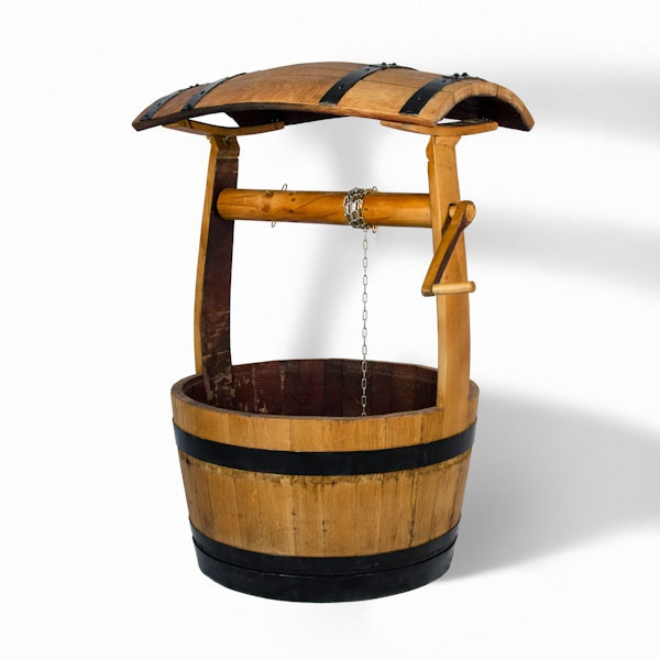 Pozo de madera de roble, en forma de barrica de vino, aunque su utilización está destinada principalmente a la decoración, puede ser empleado como macetero, ya que permite la ubicación de plantas en su interior.