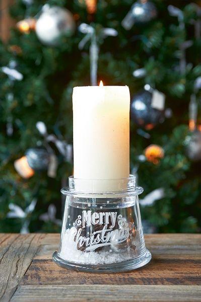 Nydelig lysestake med kunstig snø og deko på innsiden. Passer til telys eller mindre kubbelys. Måler 10,5x11,5 cm. Fra Riviera Maison. Snø og dekorkuler følger med!