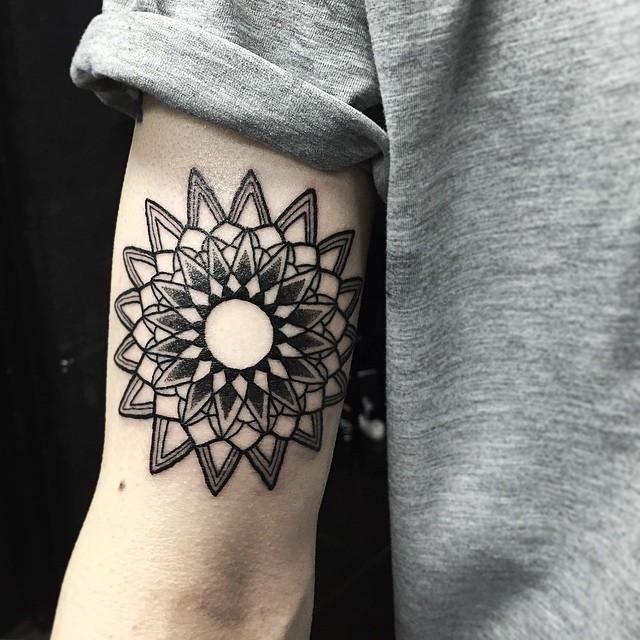 Pin De Ala A Wahdan En Tattoo Tatuajes Mandalas Hombre Tattoos Mandalas Tatuaje De Oreja