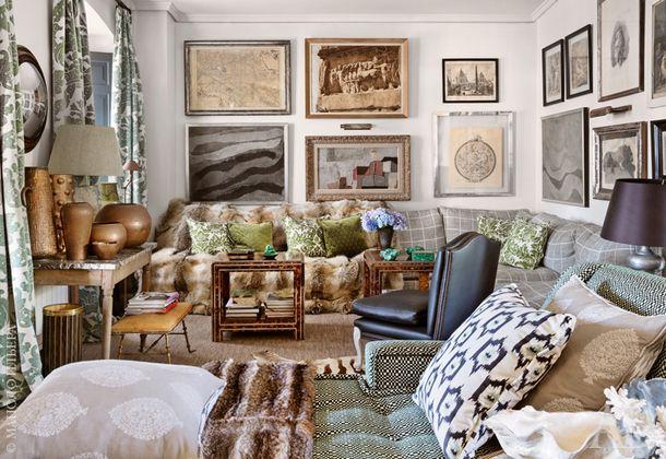 Еще один ракурс гостиной. Над диваном, обитым тканью по дизайну Уильяма Йоварда для Deisgners Guild, развешаны старинные карты, гравюры и абстрактная картина работы брата дизайнера, Сантьяго Кастильо. Зеленые подушки сшиты из тканей по дизайну Эрин Лаудер для Lee Jofa. Столики, на которых расставлены малахитовые аксессуары из коллекции принцессы Баварской, сделаны по эскизам Кастильо.