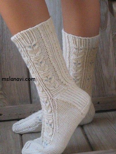 """Переклад. Белые вязаные носки под названием """"Совы"""" от зарубежной мастерицы Julie Suchomel с Ravelry."""
