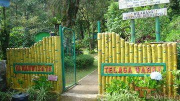 Telaga Warna Puncak Bogor yaitu sebuah tempat wisata alam yang mana terdapat di area Puncak, Bogor, Jawa Barat. Taman Wisata ini ada di dekat perkebunan teh ptp vii gunung mas. Dilatar belakangi oleh persawahan serta perkampungan masyarakat dengan gunung yang mana menjulang tinggi menambah keindahan pemandangan alam yang telah ada. Sebelum saat ditetapkan sebagai lokasi taman wisata pada th. 1972