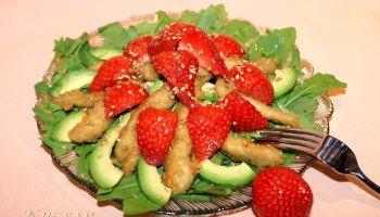 Салат из курицы-карри с клубникой и авокадо