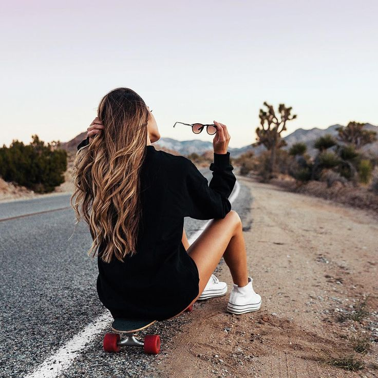 Hanna Montazami on the road to discovery and adventure with her Out Sweater👌🏼✔️  Califorinia  #travel #onepiecenorway #sweater #black #fashon #women #california #skate