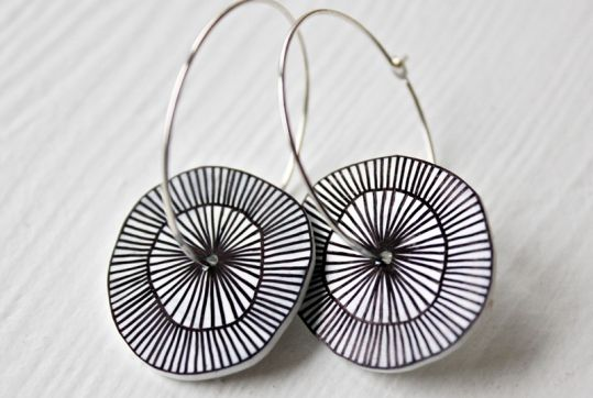 Øreringe med håndtegnet mønster