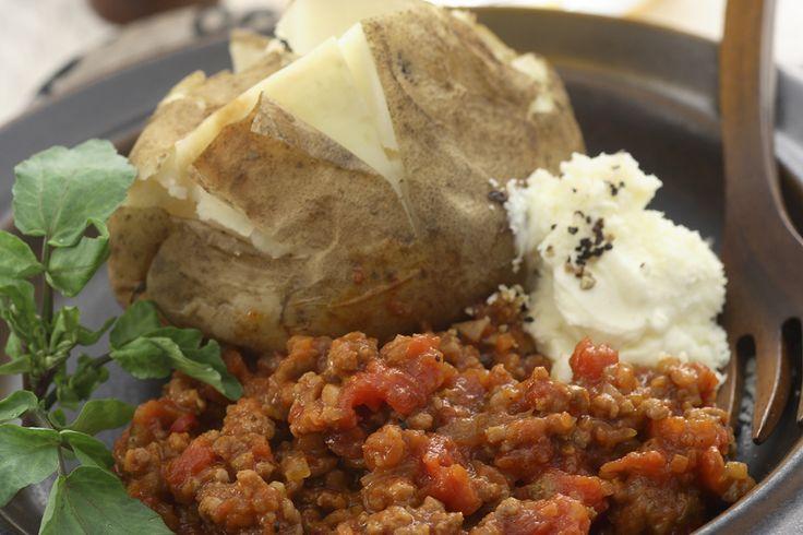 ベイクドポテトのピリ辛ミートソース添え | ジャガイモの甘さがピリ辛ソースとよく合います。| アサヒ おつまみレシピ