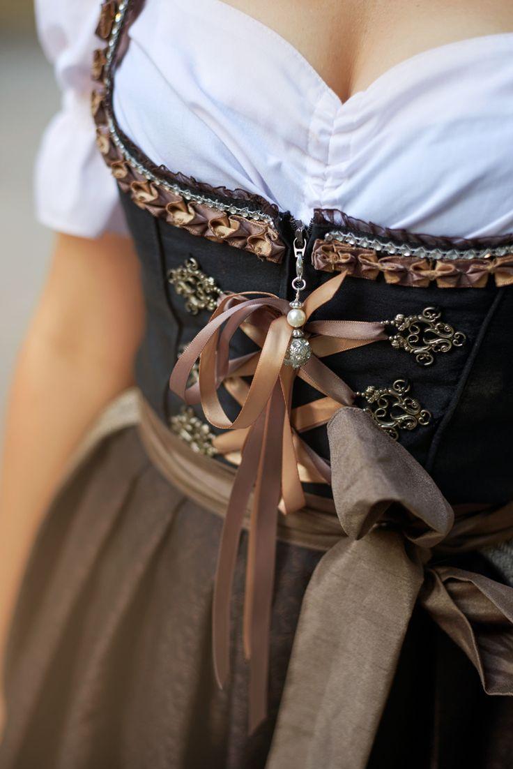 BAVARIAN CULTURE. Ich muss zugeben: der Unterschied zwischen dem letzten Festival Outfit und dem traditonellen Dirndl Post könnte größer nicht sein.  |  [S♥]