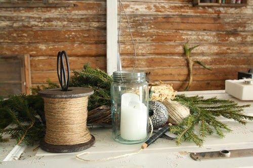 Here I am making a pinechandeler to hang over the table.   Furukrans Hamptråd Gammel Tømmervegg Stall Bord av gammel dør