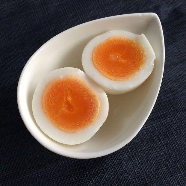 コンビニのゆで卵を食べたことはありますか?ちょっぴり塩味が効いていて絶妙なゆで加減がとても美味しいですよね。あのコンビニのゆで卵、実は、自分で作れるんです♡