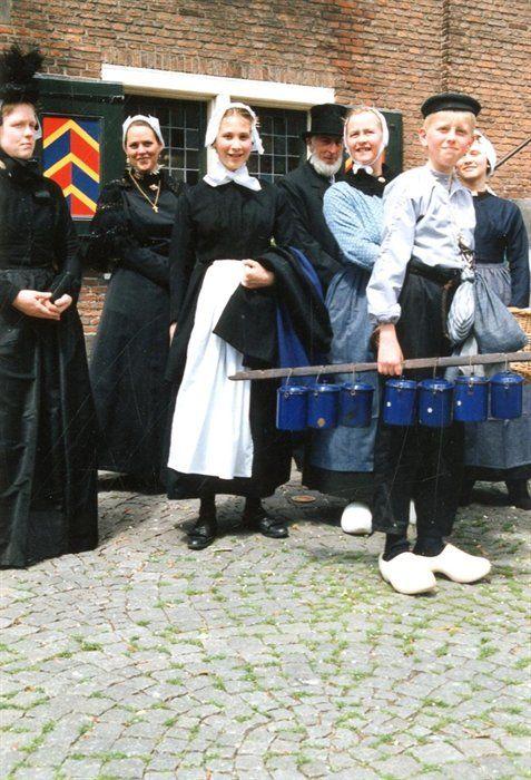 Geschiedenis van Vlaardingen - Klederdrachten uit 1890. De kleding was afkomstig uit het Museum Vlaardingen. Op deze foto staat een groep naast de trap van het stadhuis. V.l.n.r. Dicky Poot-Borsboom, onbekend, meisje Van Gijn, Johan de Ligt, Gera den Breems-Beekman en Wouter den Breems. Op 25 juli 1890 kreeg de Arnold Hoogvlietstraat officieel zijn naam. Dit werd 100 jaar later gevierd. 1991 #ZuidHolland #Vlaardingen