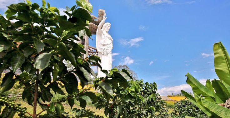 En medio de cafetales y otros cultivos, se alza la escultura del #CerroDelSantísimo, el nuevo ícono del turismo.