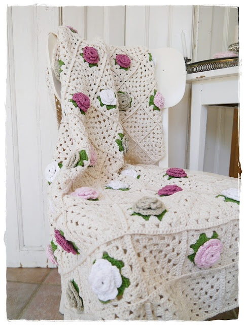 Beautiful Camellia blanket made by Versponnenes from pattern in Nicki Trench book 'Cute and Easy Crochet'