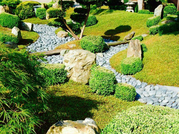 Japanse tuin met droge rivierbedding ; www.secret-gardens.nl
