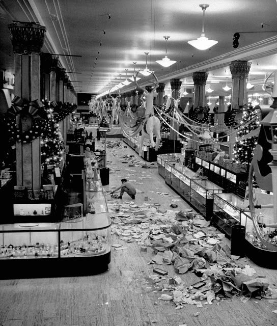vintage everyday: 13 Vintage Photos Show Christmas Shopping in New York in the Past