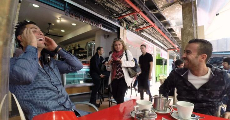 ¿Qué harías si estás en una café y de repente ves aparecer en el lugar a Cristiano Ronaldo, estrella del fútbol mundial? Seguramente, de ser un fan, harías lo que muchas personas hicieron en el siguiente video; pedirle un autógrafo. Las siguientes escenas ocurrieron en Madrid, como parte de un reto para ver cuántos sorbos de té podía beber antes de hacer enloquecer a sus fanáticos.