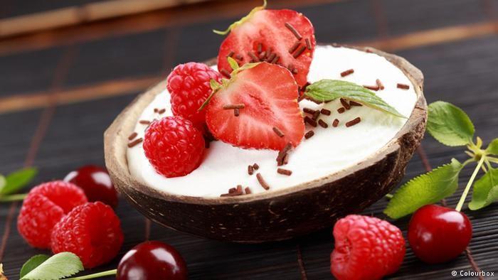 """Остров, пальмы, океан Остров, пальмы, бескрайний океан. А кокосовое молоко может выглядеть и так: молочное мороженое с кокосовой и шоколадной стружкой в малиново-мятно-клубничном """"окружении""""."""