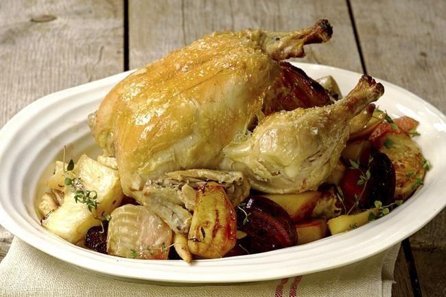 Helstekt kylling med rotgrønnsaker  Ovnsstekt kylling lager seg nesten selv. Etter en time i stekeovnen er både kjøtt og tilbehør ferdig.