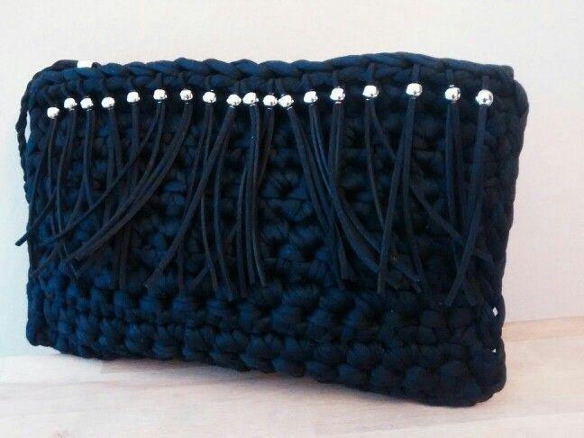 Bolso trapillo negro con flecos. x