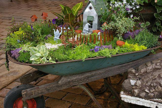 Miniaturgarten in Schubkarre