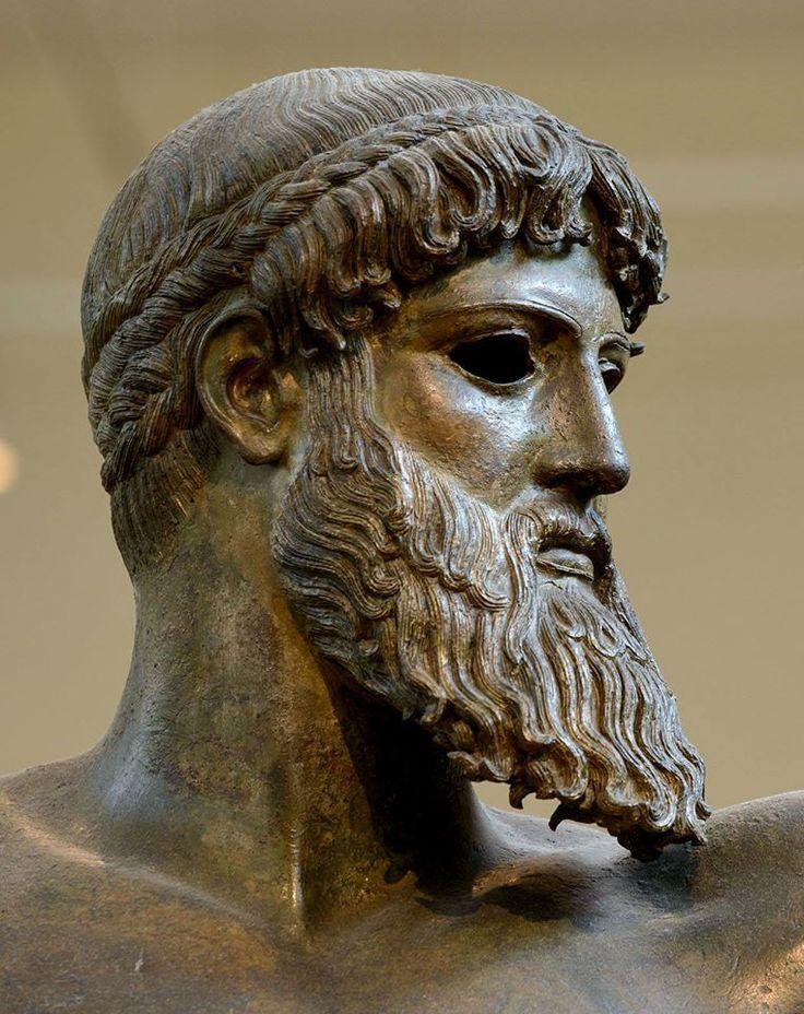 Античная бронзовая статуя, V век до н.э. . Брови у бога из серебра, а губы и соски из меди.  Афинский национальный музей.