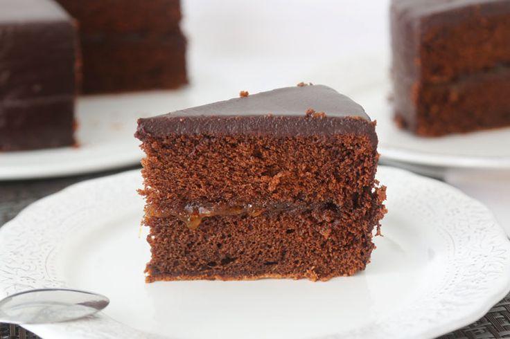 Cómo hacer tarta Sacher auténtica o Sachertorte. Receta original explicada paso a paso del pastel de chocolate y mermelada de albaricoque típico de Austria.